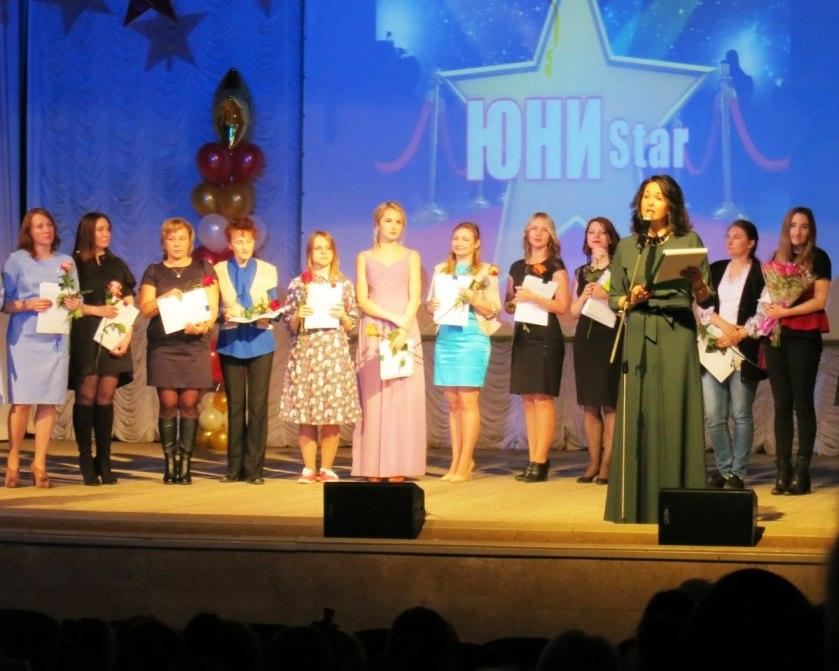 Выдача сертификатов педагогам школы ЮНИСИТИ